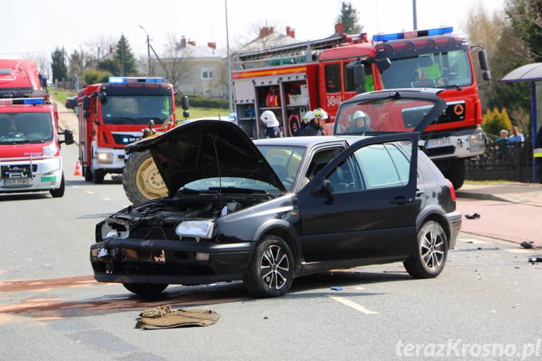Podczas zderzenia kierujący pojazdami doznali obrażeń i trafili do szpitala. Na szczęście podróżowali sami.