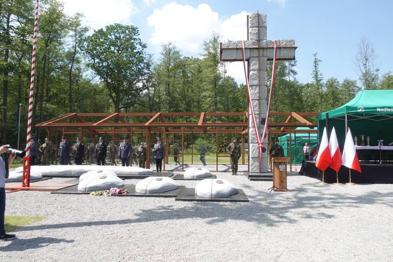 """Krzyż na """"polanie śmierci"""" w Starym Grodkowie"""