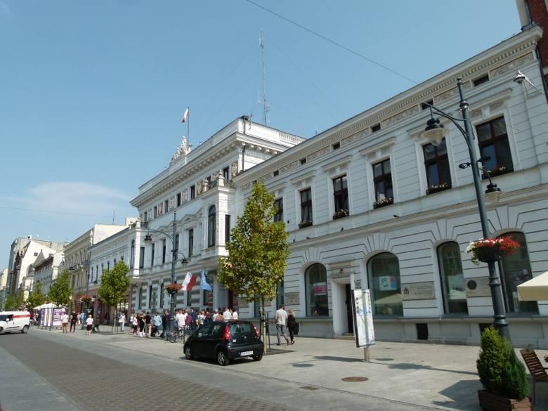 Pracownicy łódzkich urzędów od kilku dni cieszą się z otrzymanych trzynastych pensji. Ci, którzy pracują u prezydent Łodzi dostali średnio po 3,6 tys.