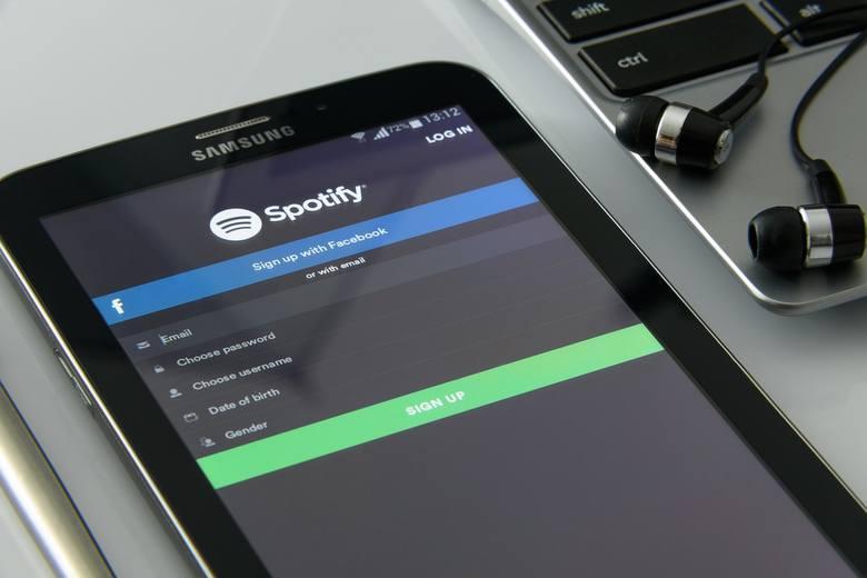Spotify - ile kosztuje serwis z muzyką? Spotify na wiele osób? Jak korzystać? KONTO PREMIUM Jest opcja rodzina!
