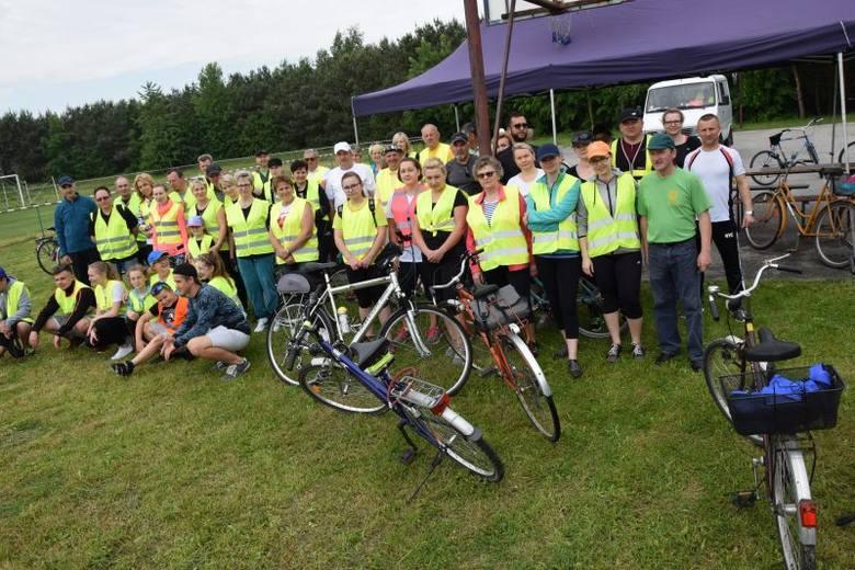 Prawie 50. uczestników rajdu rowerowego po gminie Topólka stawiło się na stadionie w Dębiankach. Rajd rowerowy w Topólce. Na dwóch kółkach przejechali