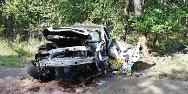 Pijany 17-latek roztrzaskał auto na drzewie. On i jego 13-letni pasażer trafili do szpitala