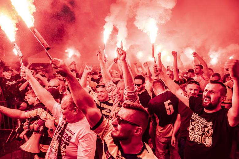 Elana Toruń po 19 latach wraca do rozgrywek centralnych. Po zwycięstwie 5:1 w Solcu piłkarze i kibice mogą świętować. W sobotni wieczór opanowali toruńską