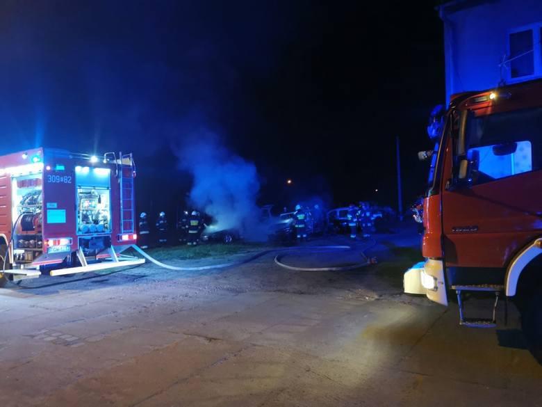 Trzy auta zostały zniszczone w pożarze, który wybuchł w niedzielę, 26 kwietnia, w Witnicy przy ul. Wojska Polskiego. - Zgłoszenie otrzymaliśmy tuż przed