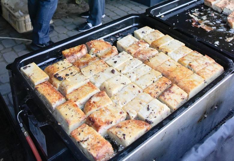 Składniki: 3 kg ziemniaków wybranych odmian, 3 jajka, 30 dkg cebuli, ˝ kg podgarla lub boczku, pieprz, sól, odrobina Vegety, masło do posmarowania blaszki,