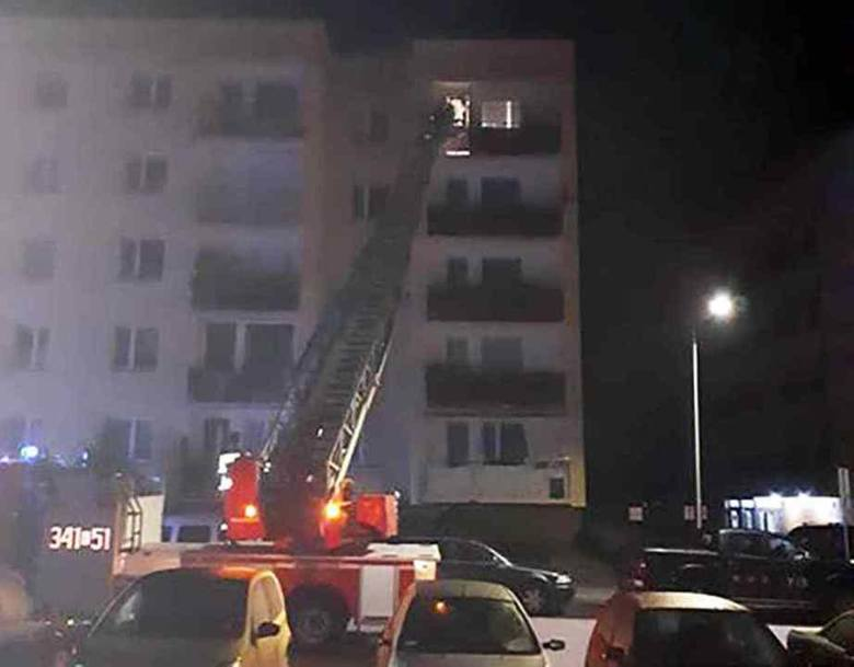 We wtorek, 20 sierpnia, nad ranem strażacy z drabiną pojawili się na os. Leśnym w Zielonej Górze. Weszli do jednego z mieszkań na czwartym piętrze. O