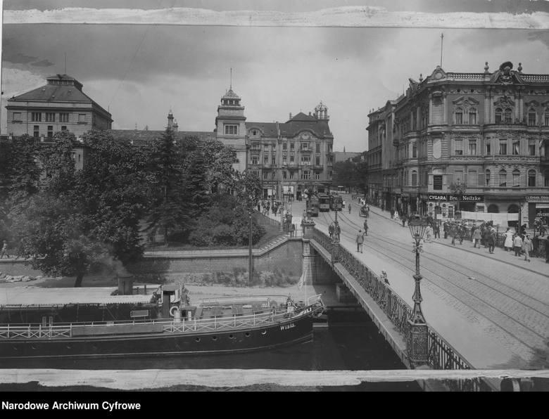 Stare, czarno-białe fotografie wspaniale pokazują, jak na przestrzeni lat zmieniło się nasze miasto. Niektórych budynków niestety nie ma już na mapie