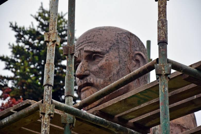 Renowacja pomnika Janusza Korczaka w Zielonej Górze. Wykonawcą jest autor rzeźby Tadeusz Dobosz