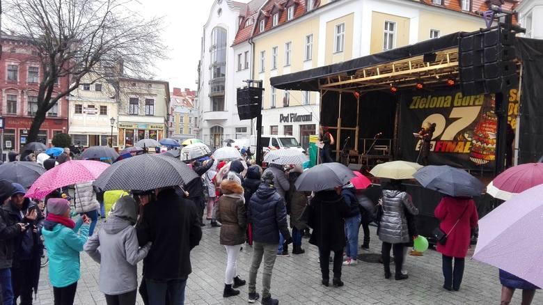 W Zielonej Górze podczas finału WOŚP imprezy odbywają się na dwóch scenach. Jedna z nich stanęła koło ratusza. Druga na placu koło filharmonii.