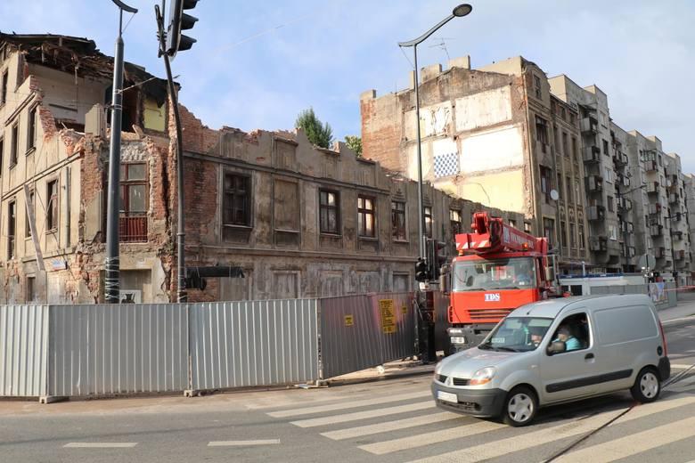 We wtorek, 21 maja, ok. godz. 16.30 runęła rogowa ściana kamienicy przy ul. POW 42/ Składowej 12. Budynek jest planowo wyburzany. Rozebrano go do pierwszego
