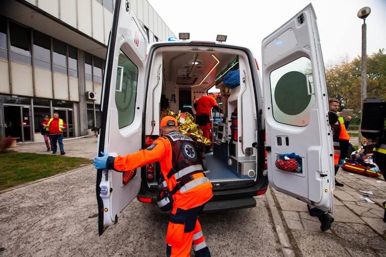 Zespół ratownictwa medycznego pojechał na pomoc nieprzytomnemu mężczyźnie, leżącemu na chodniku. Gdy pacjent się ocknął jednego z ratowników uderzył