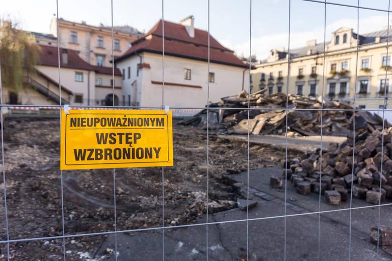 """Kraków. Ludzkie szczątki odkryte przy przebudowie placu Świętego Ducha. """"Cmentarz podrzutków"""". Prace wstrzymano"""