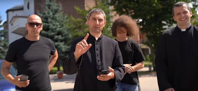 """Ostrołęka. Rap w wersji katolickiej w wykonaniu grupy Wyrwani z Niewoli z księdzem Adamem Ulatowskim na czele. """"Przejmujemy jutuby"""""""