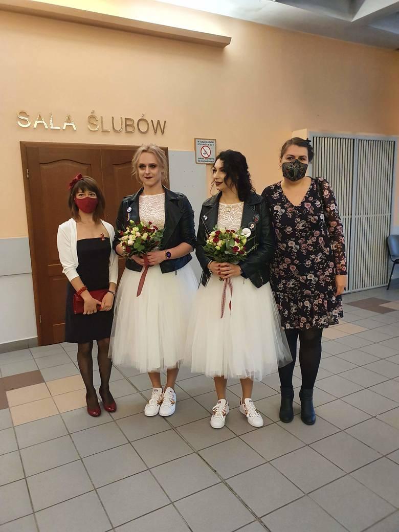 Ślub dwóch kobiet w Łodzi. Kasia i Aleksandra w USC Dwie kobiety ubrane w identyczne, białe suknie ślubne, z takimi samymi wiązankami, butami i kurteczkami