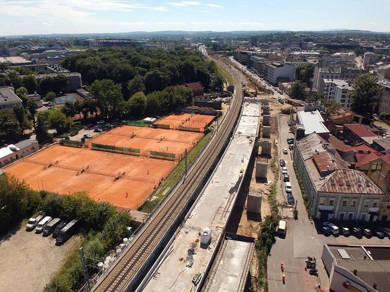 Widok w kierunku ul. Miodowej. W tle nowy most kolejowy. Budowa estakad i nowych wszystkich czterech nowych torów ma zakończyć się w 2021 roku.