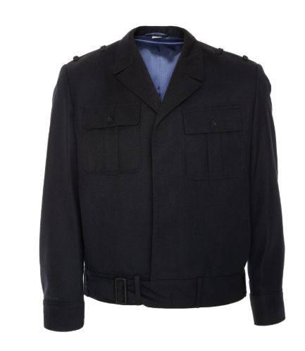 Bluza jednorzędowa zapinana na pięć guzików oraz pasek z klamrą.  Posiada cztery kieszenie na wysokości piersi – dwie wewnętrzne i dwie zewnętrzne. Wewnątrz