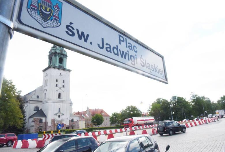 """Plac św. Jadwigi Śląskiej w Krośnie Odrzańskim. Jeszcze poczekamy zanim wielka dziura zostanie """"załatana""""."""