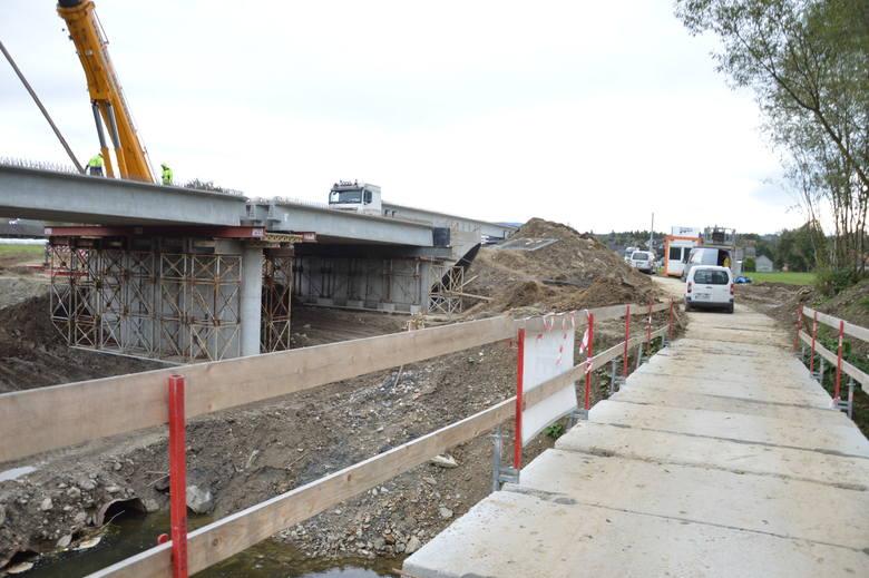 Wieruszyce. Budowa nowego mostu postępuje, trwają prace przy konstrukcji [ZDJĘCIA]