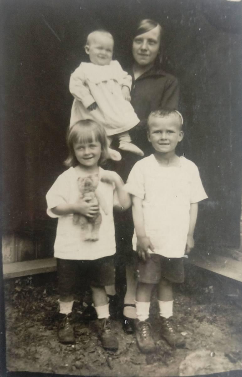 Dzieci Anny i Wacława Jurkojciów. Córka Łucja (maleńka, na rękach niani Weroniki) oraz synowie Zdzisław (z misiem) i Eugeniusz