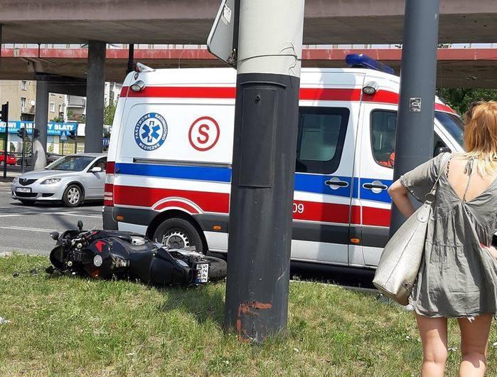 W niedzielę po południu motocyklista zderzył się samochodem osobowym marki renault. Do groźnego wypadku doszło na al. Bandurskiego przy al. Jana Pawła
