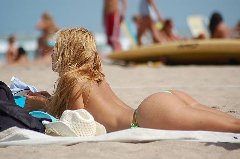 10. Topless czy w bikini?Fajnie, że dobrze czujesz się bez stanika, ale nie każdy będzie komfortowo czuł się w twoim towarzystwie, szczególnie nad polskim