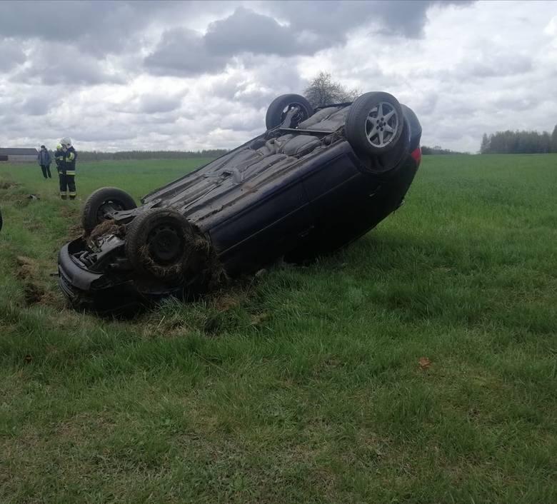 W Lipskich Budach, na łuku volkswagen wypadł z drogi i dachował.