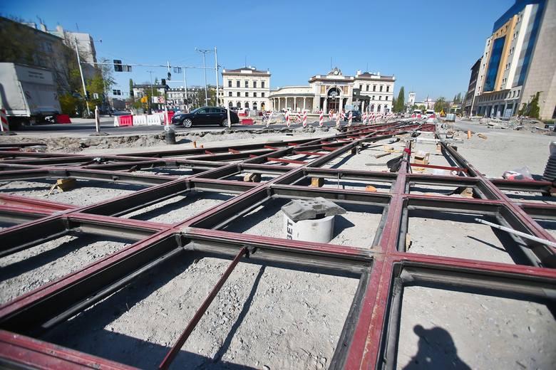 Na Placu Orląt Lwowskich robota idzie pełną parą, widać już nowe tory i rozjazdy (ZDJĘCIA)