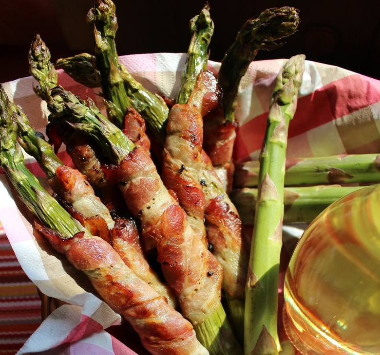 Zielone szparagi zawijane w boczek - palce lizać! Zobaczcie jak je przygotować.