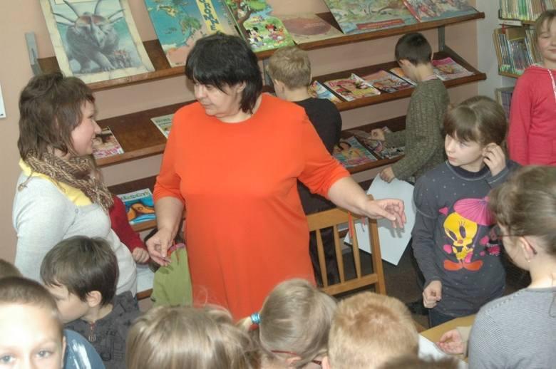 Jolanta Reisch w bibliotece w Oleśnie