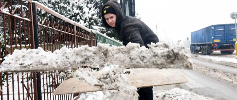 Piotr Wychowałek odśnieża chodnik w Przylepie