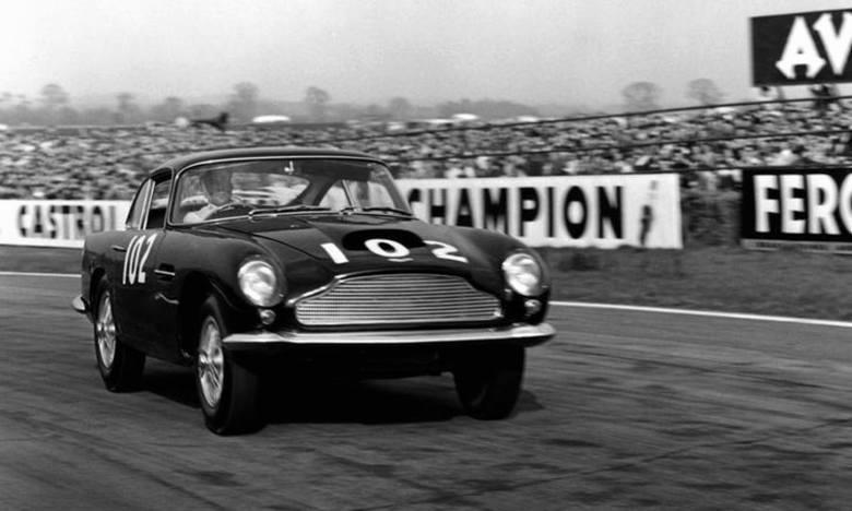 Aston Martin DB 4 GT w wyścigowej wersji Littleweight. Zbudowano ich na początku lat 60. tylko sześć. Teraz powstaje następne 25
