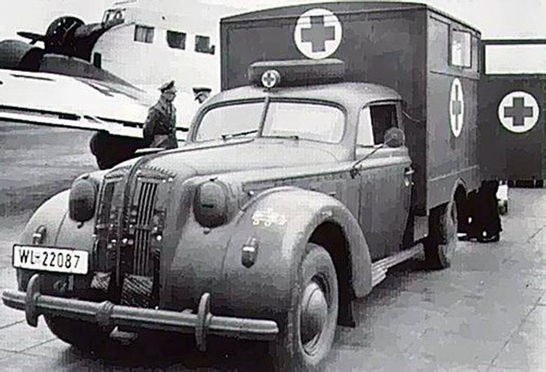 Smętny kres kariery: Admiral przerobiony na ambulans w służbie Luftwaffe. W głębi sanitarny transportowiec Ju-52