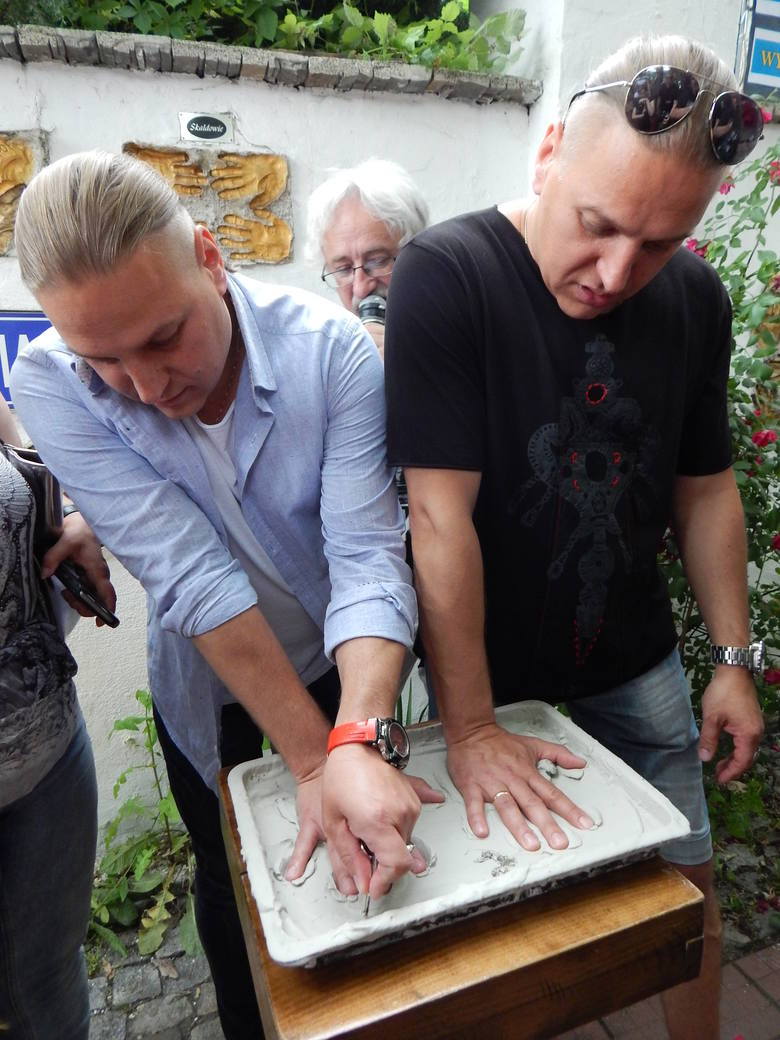 - Wybór gwiazd wiąże się z zasługami danego artysty - mówi Tadeusz Pabisiak.Najnowsze odciski w Opolskiej Alei Gwiazd złożyli w czerwcu bracia z Golec uOrkiestra.