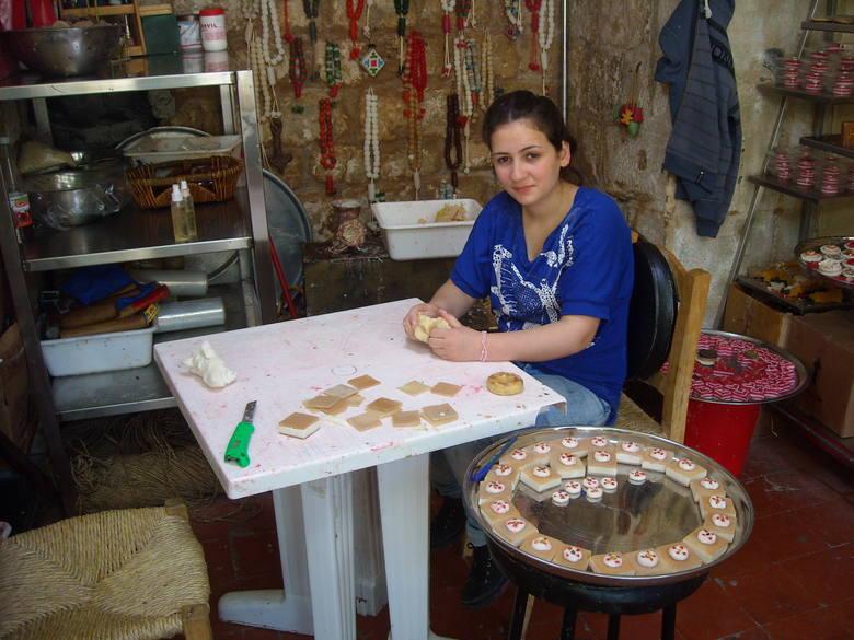 Dziewczyna kultywuje tradycje mydlarskie
