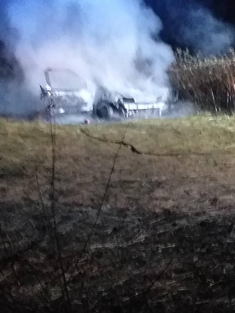 Przed chwilą na alarm@nowiny24.pl otrzymaliśmy kilka zdjęć z pożaru samochodu w Medyni Głogowskiej. - Auto spłonęło całkowicie. W akcji gaśniczej brały
