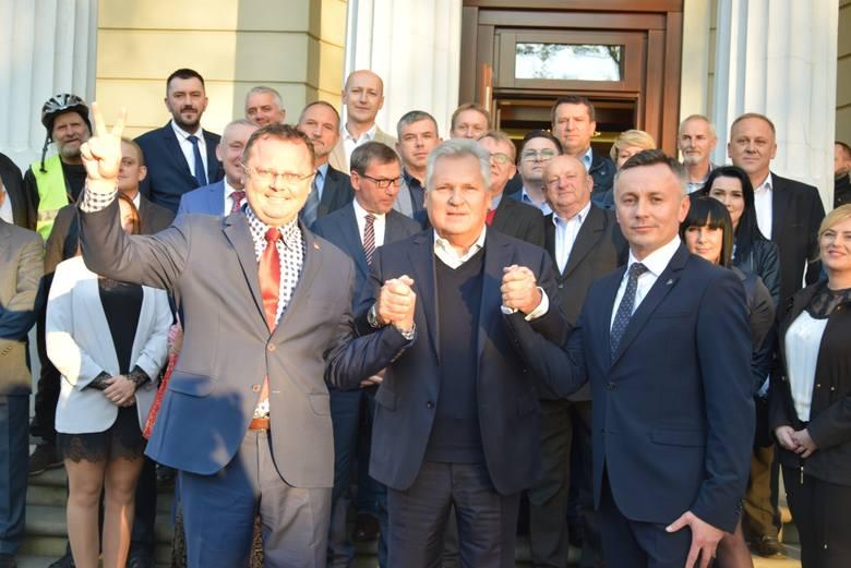 Były prezydent Aleksander Kwaśniewski spotkał się z mieszkańcami Końskich. Witano go owacjami