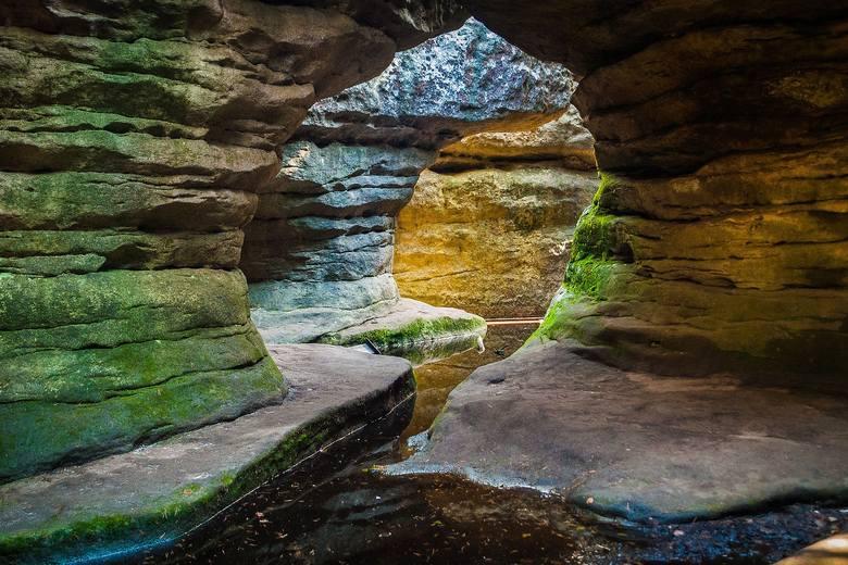 """Błędne SkałyBłędne skały to prawdziwy ewenement. To tu kręcono niektóre sceny do filmowej wersji """"Opowieści z Narnii"""". Błędne skały są zespołem bloków"""