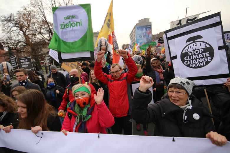 Policja poinformowała, że w Marszu dla Klimatu w Katowicach wzięło udział 3 tysiące osób. Początkowo było ich około 1,5 tys., ale sporo osób dołączyło