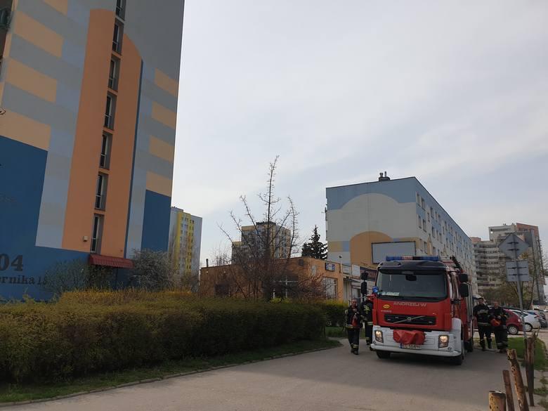 Zwłoki 48-letniego łodzianina znaleźli w czwartek rano na klatce schodowej mieszkańcy jednego z wieżowców przy ul. Czernika w Łodzi. Mężczyzna prawdopodobnie