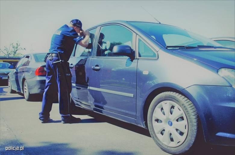 Policjanci otrzymali zgłoszenie, że na parkingu, w zamkniętym samochodzie siedzi mała dziewczynka. Z uwagi na panujące upały istniało ryzyko, że dziecko