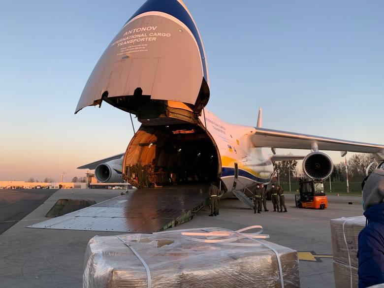 Wielki Rusłan wylądował we Wrocławiu. Na pokładzie m.in. 180 tysięcy kombinezonów ochronnych, milion rękawiczek i 50 tysięcy gogli [FOTO]