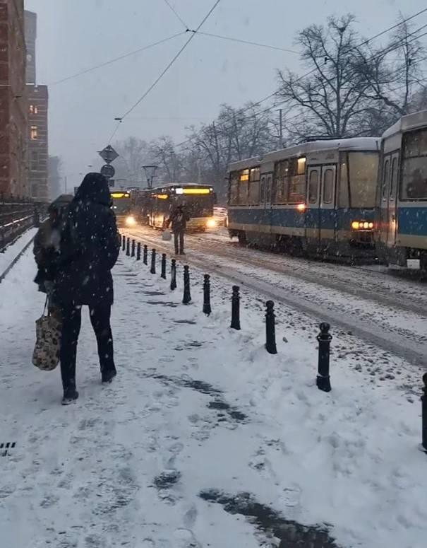 Zima we Wrocławiu. Ruch na drogach, komunikacja miejska, informacje na bieżąco (9.02.2021)