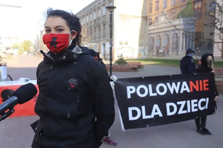 Maska to nie knebel. Rozdawali maseczki w Pasażu Schillera. To protest przeciwko ustawie antyaborcyjnej FOTO