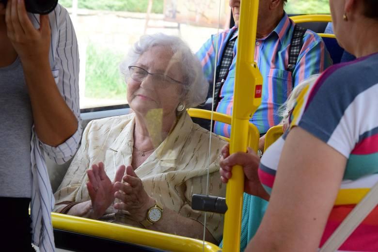 Znalezione obrazy dla zapytania: senior w autobusie