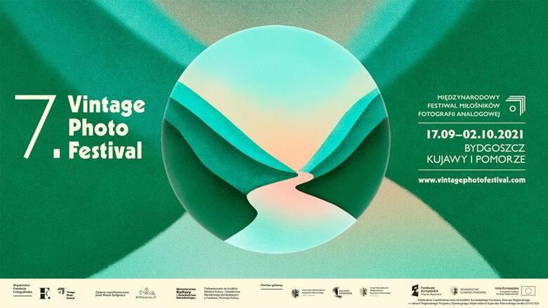 Wizerunek graficzny tegorocznego Vintage Photo Festival jest projektu Hanny Cieślak. Oficjalny plakat festiwalu w format B1 można wybrać jako jedną z nagród w zamian za wsparcie zbiórki na rzecz festiwalu na zrzutka.pl. Na zdjęciu powyżej oficjalny baner, bazujący na grafice plakatu