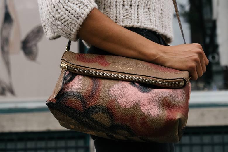 """1. Stawianie torebki na podłodzeMówi się, by """"nie stawiać torebki na podłodze, bo pieniądze uciekają"""". Przesąd jest wciąż aktualny"""