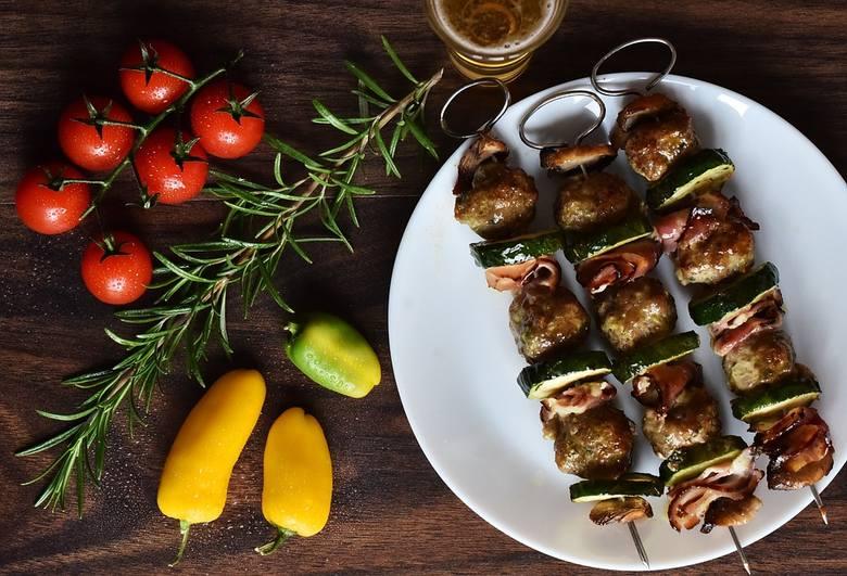 Majówka to idealna okazja, by rozpocząć sezon grillowy. Tym, co zwykle ląduje na ruszcie, jest mięso, ale chętnie grillujemy też ryby, warzywa. Jak je