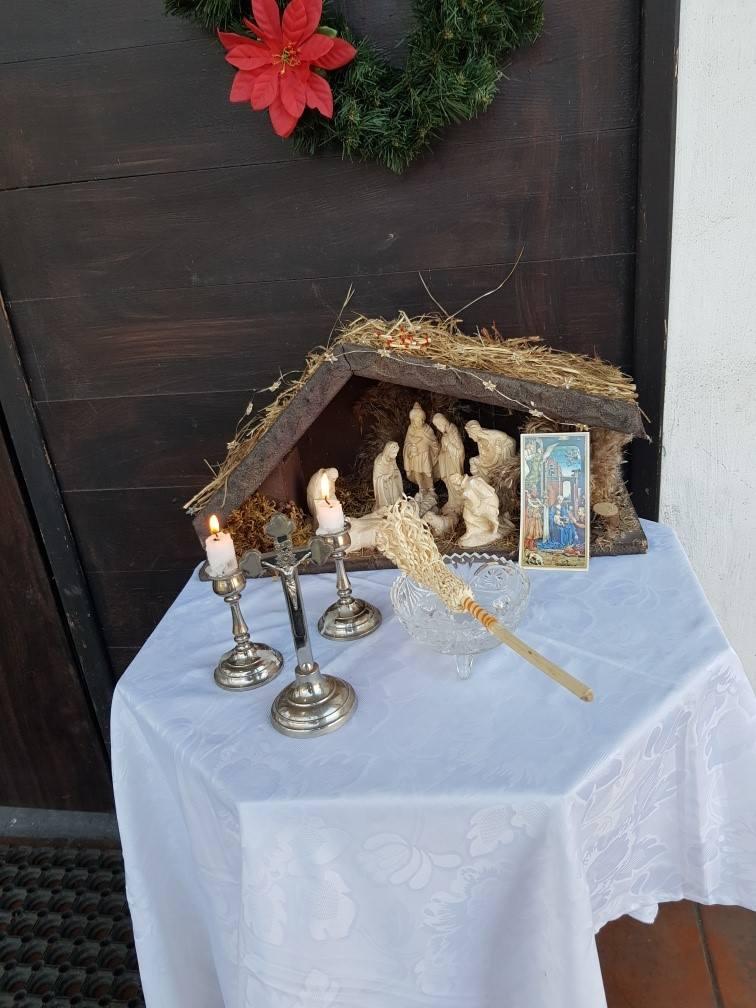 W Marwicach ksiądz na hulajnodze odwiedził parafian