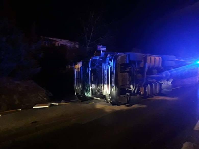 Dziś około godz. 5.30 na drodze krajowej nr 19 w Boguchwale, kierowca samochodu ciężarowego, na łuku drogi stracił panowanie nad samochodem i doprowadził