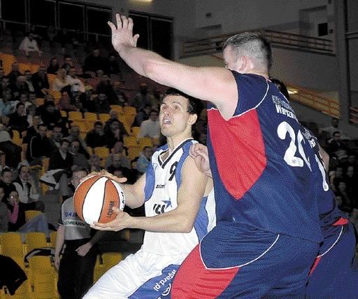 Łukasz Pacocha (z piłką), poza pierwszymi minutami, był nie do powstrzymania dla rywali. Rozgrywający Spójni groźny był nie tylko na obwodzie, ale i